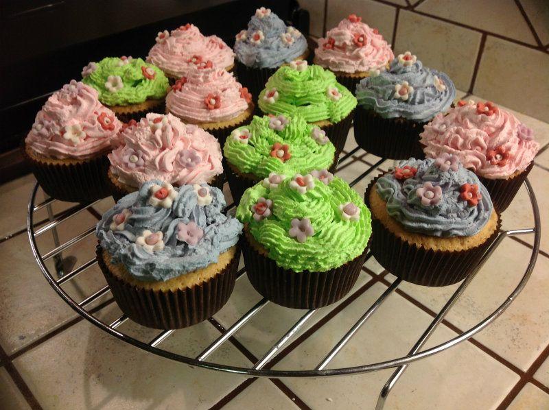 Cupcake  decorati con panna ...per Lia!