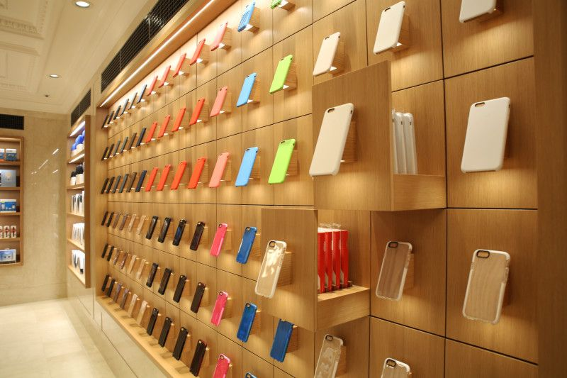 Apple Store Ues Phone Case Display Wide Addicted To Retail Organizacion De Tiendas Diseno De Interiores Comerciales Tienda De Celulares
