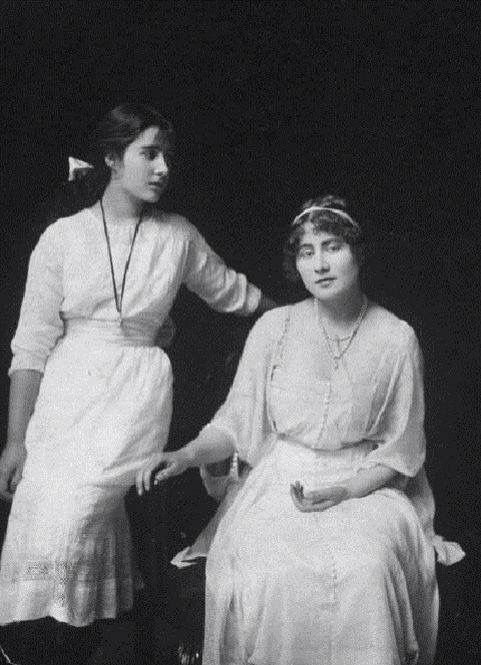 Lady Elizabeth Bowes Lyon Later Queen Elizabeth The Queen Mother And Lady Rose Bowes Lyon Circa 1920 Queen Mother Royal Family History Queen Mum