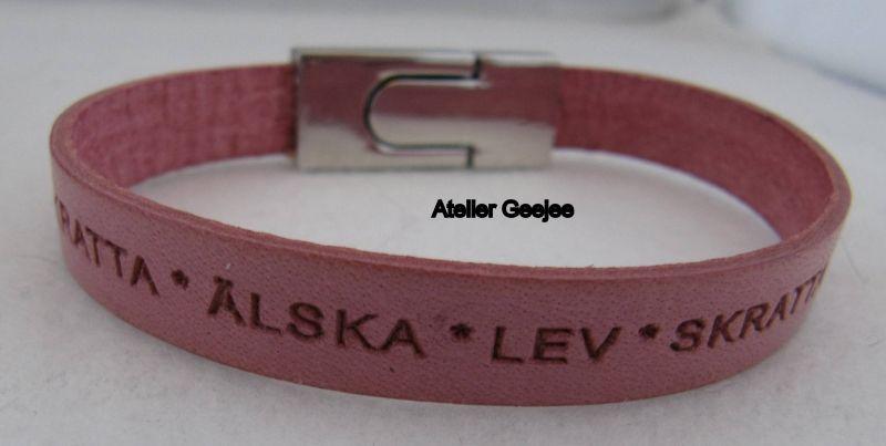armband van zacht roze/ zalmkleurig leer met tekst