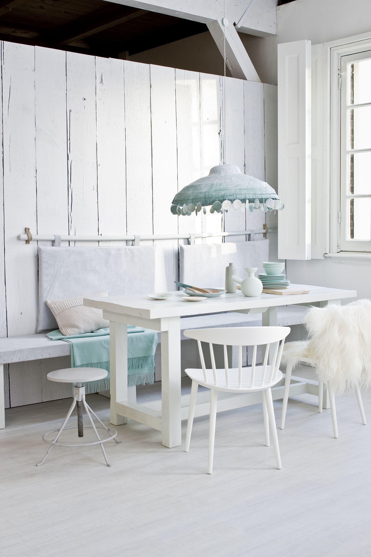 Witte eetkamer met blauwe details | White dining area with blue ...