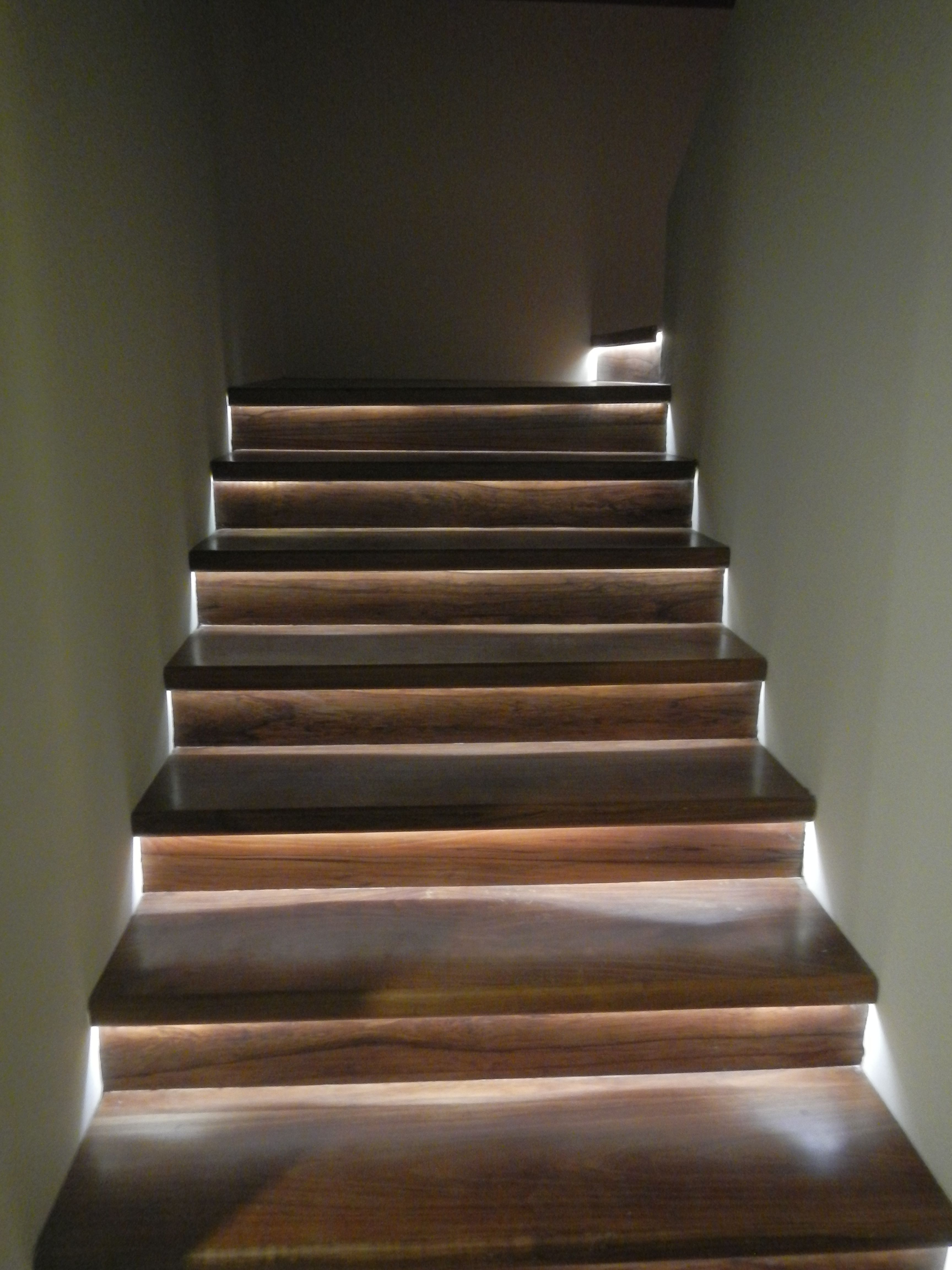 Iluminaci n indirecta en los escalones de la escalera con led interiorismo pinterest - Iluminacion indirecta led ...