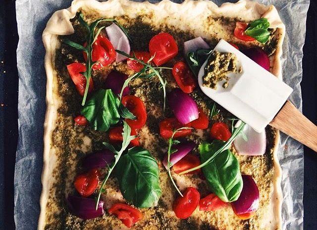 Selbstgemachte Pesto Pizza mit Gemüse Pizzateig mit Pesto bestreichen und nac ...  - Homemade -