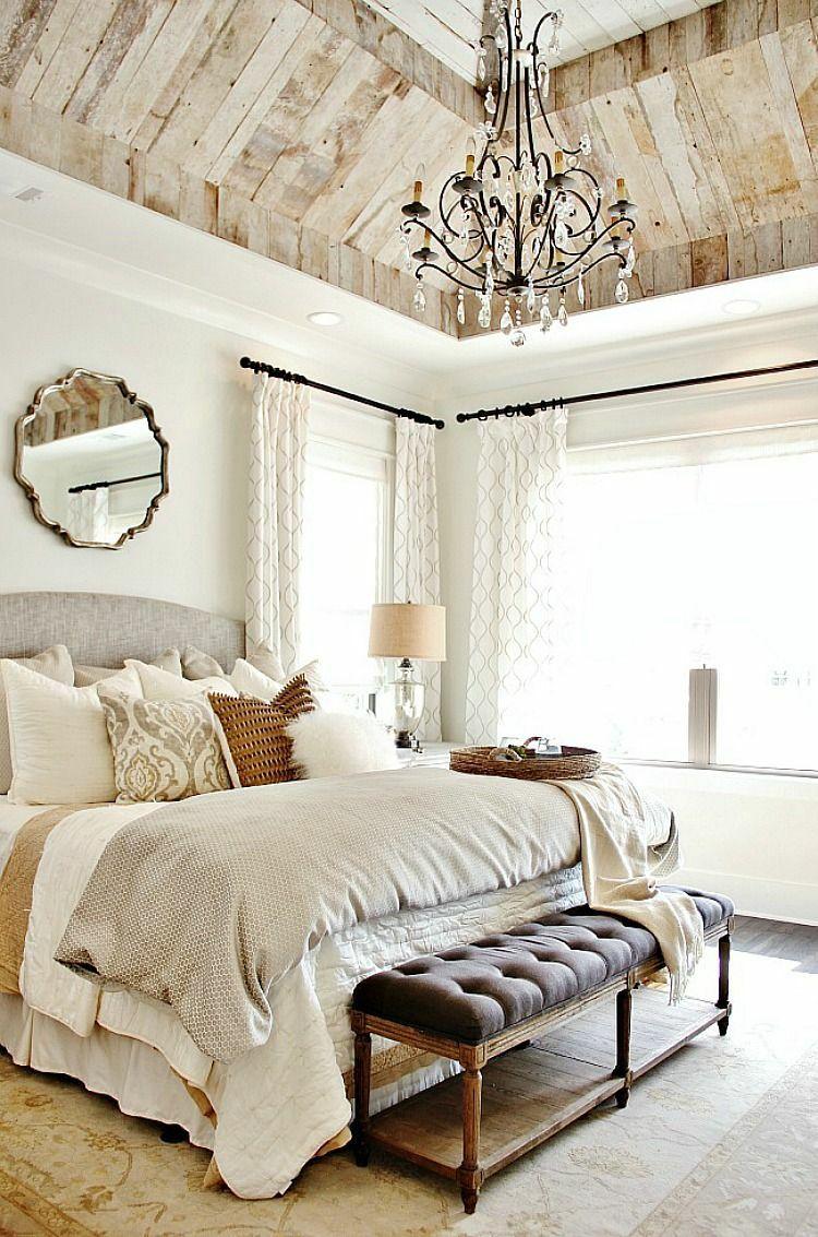 Bett Im Landhausstil Mit Cremefarbenen Dekokissen Und Tagesdecken