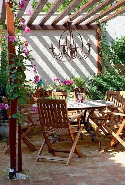 Samen genieten gaat uitstekend onder deze patio. De doeken geven voldoende beschutting en door het open karakter ben je een met je omgeving. - Buscar con Google