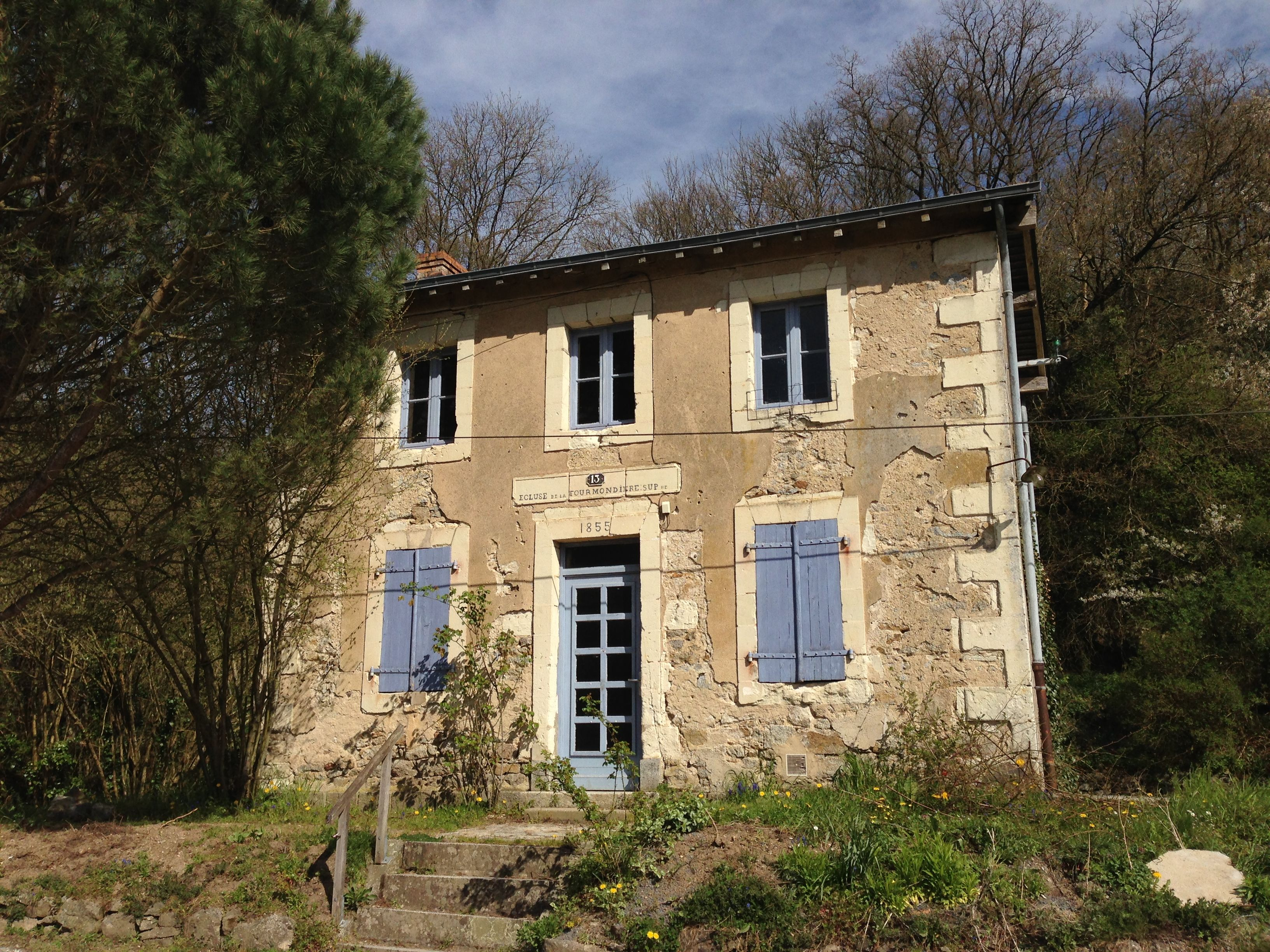 Sur les bords de la Mayenne, à Rochefort, une maison typique d'écluse