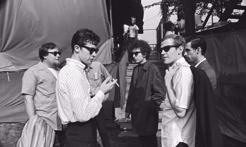 "Antía on Twitter: ""Bob Dylan, Robbie Robertson, Levon Helm, Harvery Brooks & Richard Manuel, backstage at Forest Hills, NY, 1965. http://t.co/JtEDAlBmuK"""