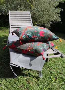 Housse de coussin 50×50 cm tissu velours fleurs pompons rouges et vieil or jaune