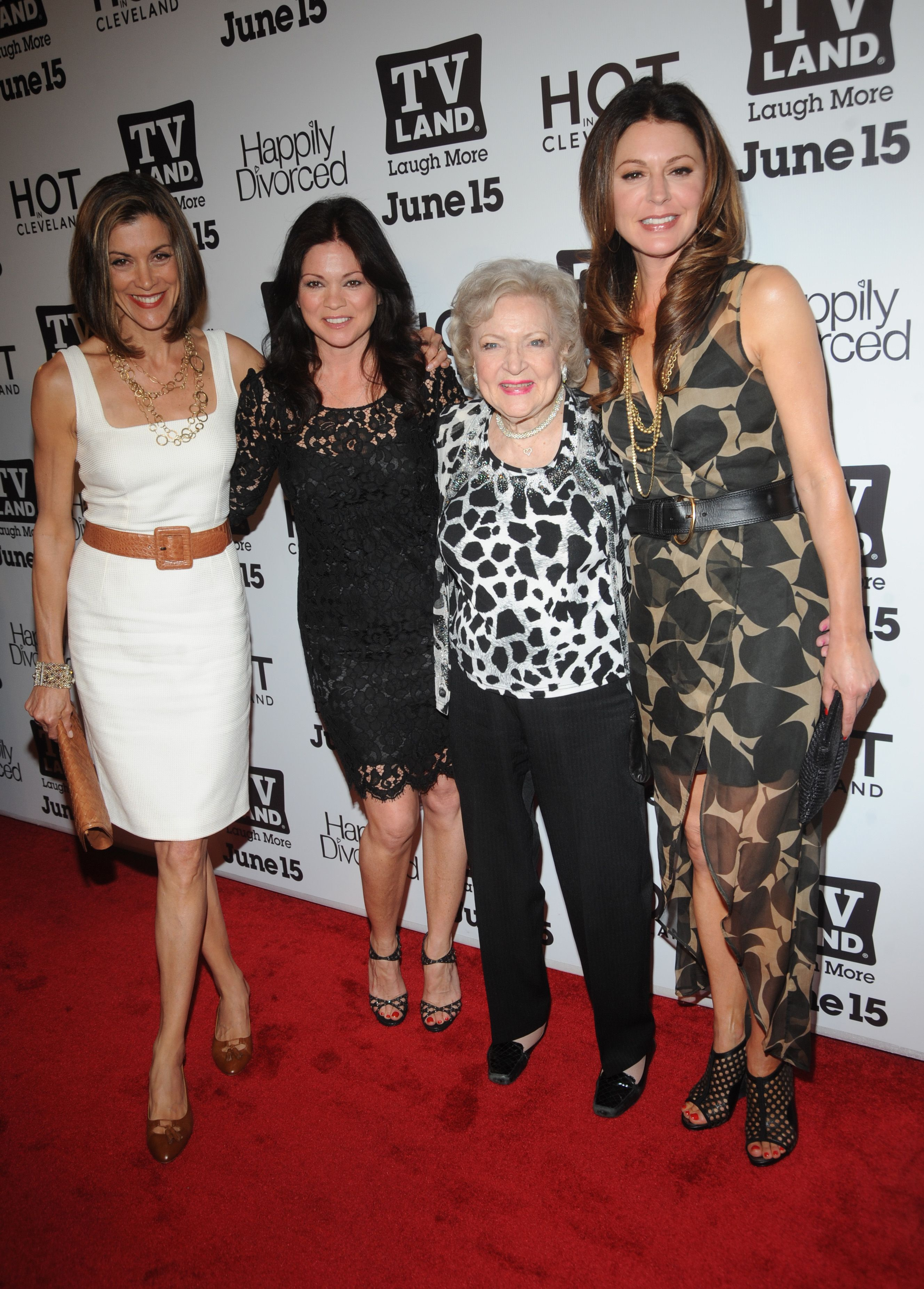 Love These Ladies Betty White Wendie Malick Valerie Bertinelli And Jane Leeves From Hot In Cleavland Betty White Valerie Bertinelli Hot