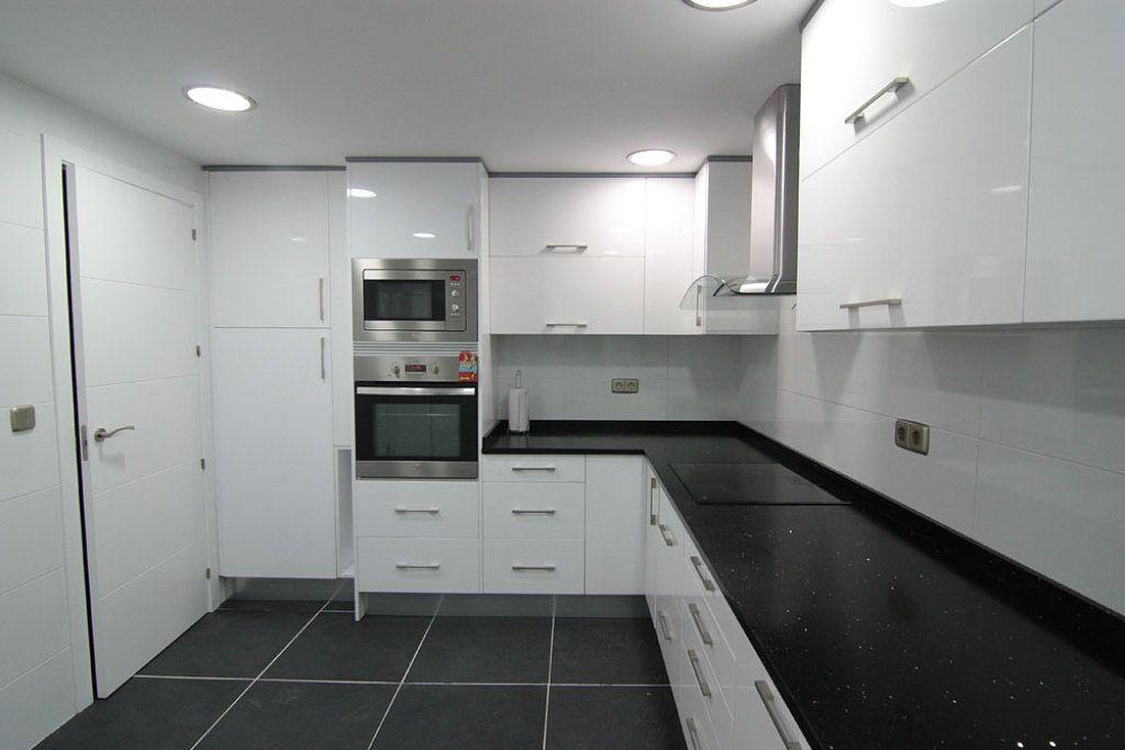Que puertas pongo con suelo porcelanico gris oscuro - Suelos para cocinas blancas ...