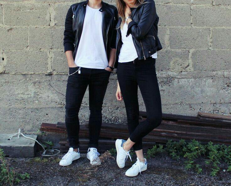 bbf278e916f Pareja vestidos iguales. Playera básica blanca jeans negros