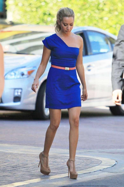 66bc74d8a7163 Ashley Tisdale con minidress blu elettrico e pumps t-bar nude ...