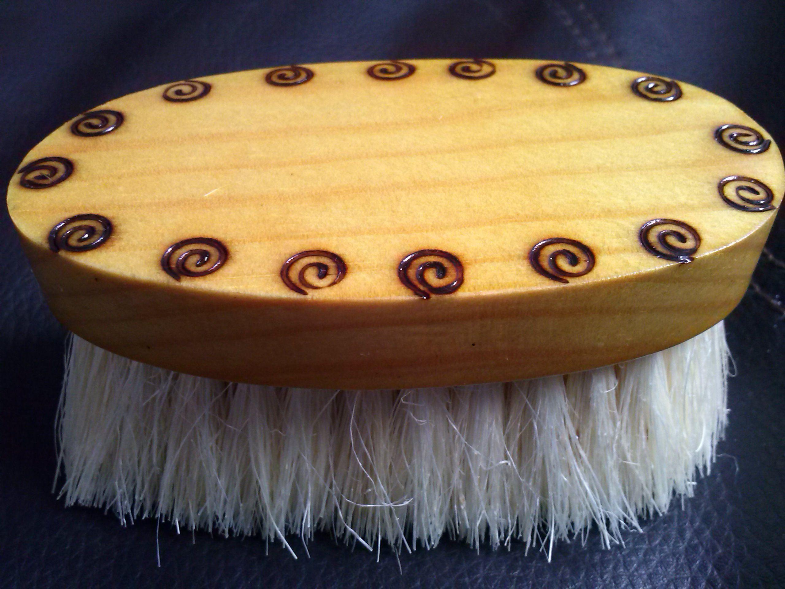 Cepillo de madera con cerdas de henequén, hecho y pintado a mano, suave al contacto, perfecto para aquellos barbones que están iniciando, activa la circulación e induce el vello a crecer en la dirección indicada,