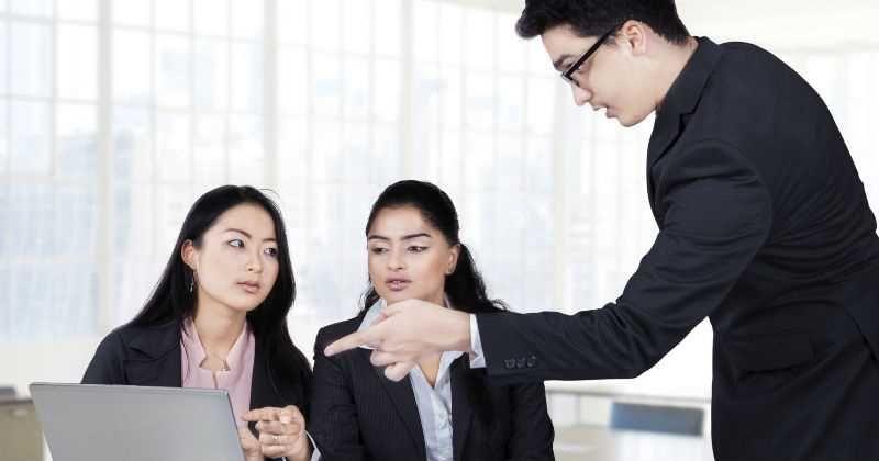 ¿Por qué en Japón los jefes NO felicitan a sus empleados? -- 123RF