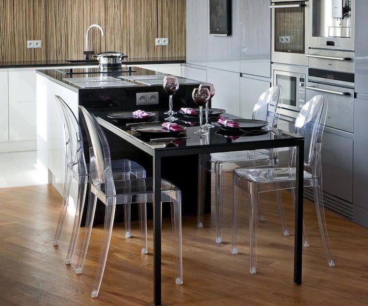 cuisine ilot central table manger noir laqué chaises acrylique