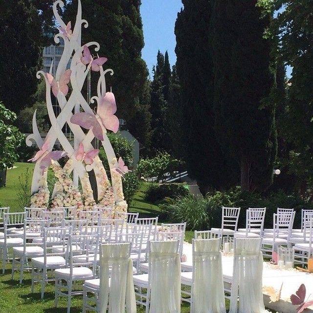 Elaborate wedding aisle