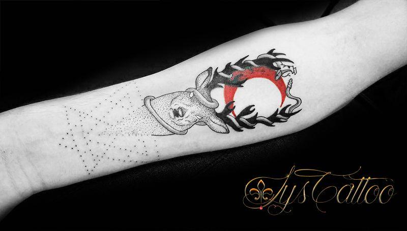 Tatouage Avant Bras Femme Cerf Serpent Geometrie Et Lune Rouge