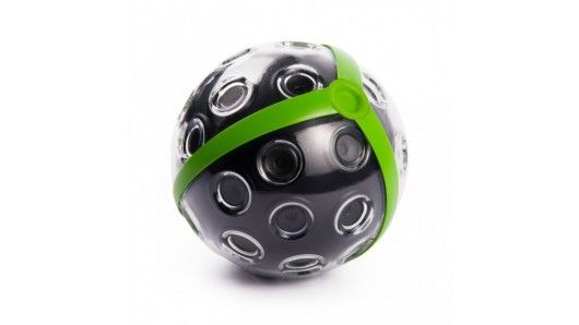 """Si tratta di una sfera dotata di 36 microcamere in grado di fotografare all'istante l'intero campo visivo, realizzando vere e proprie composizioni """"sferiche"""" dall'enorme risoluzione di 72 megapixels. Si può lanciare proprio come si farebbe con un pallone, e farla scattare pochi secondi dopo."""