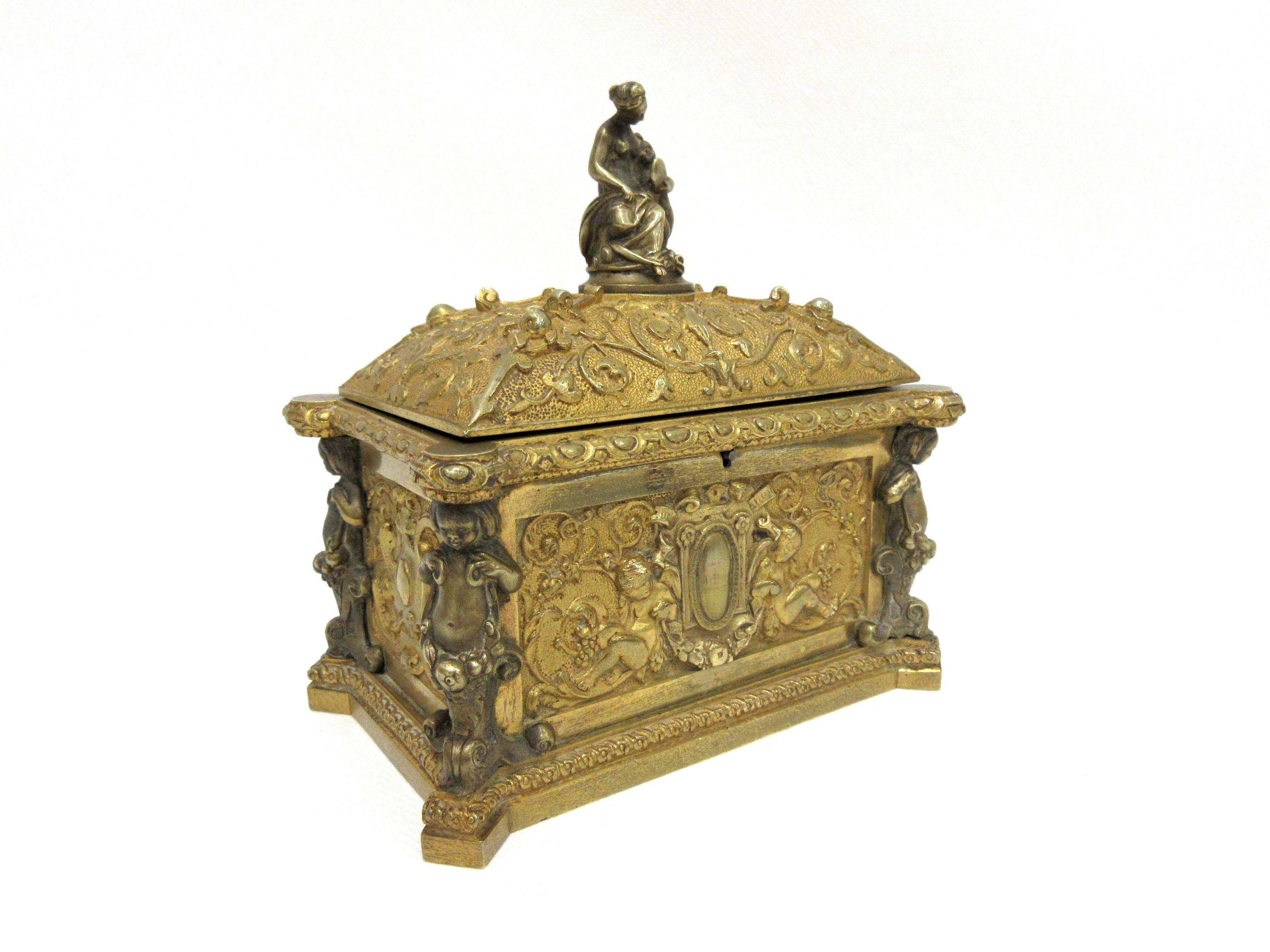 Candélabre au Cherubin et Chimères en Bronze Doré