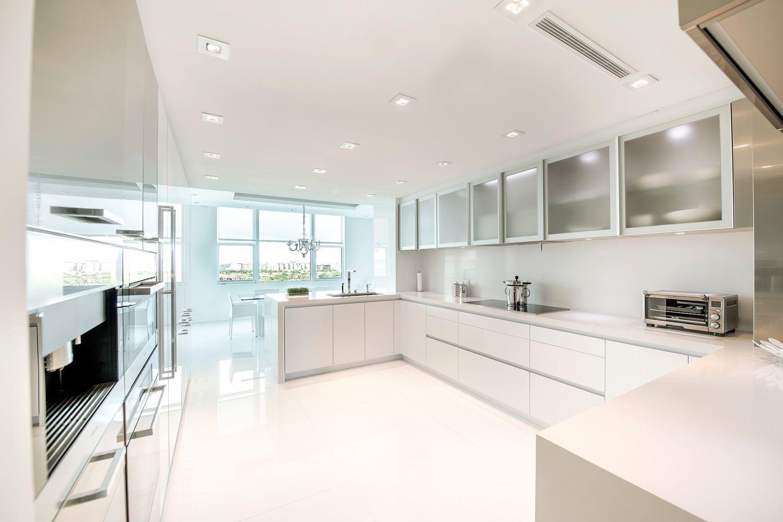 Sleek White Snaidero Kitchen Cabinetry And Storage Solutions In Artic White Gloss Lacquer Florida Kitchen Design Examples White Modern Kitchen Kitchen Design