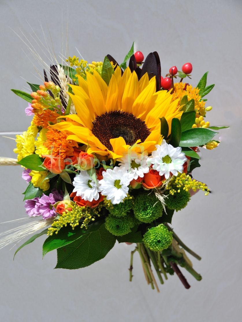 Buchet Mireasa Din Floarea Soarelui Si Flori De Camp Wedding