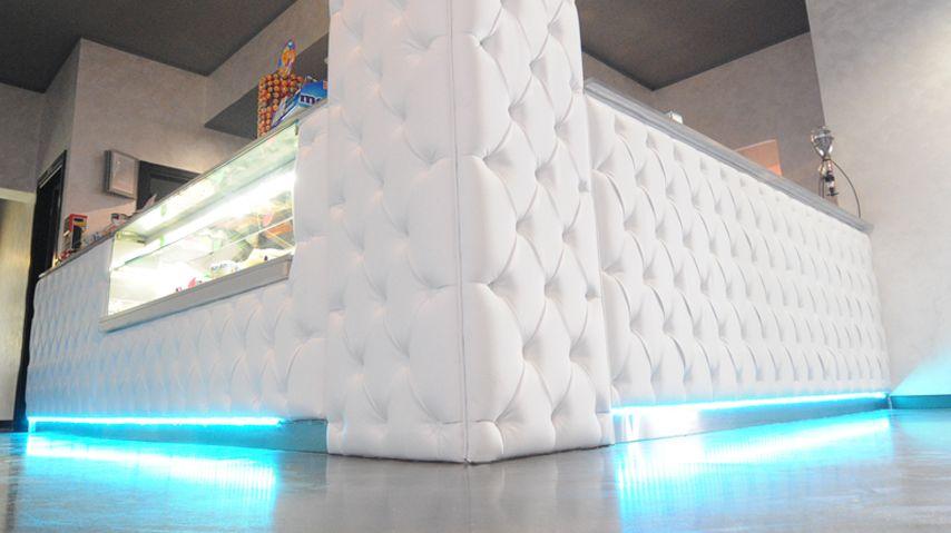 CHIC, lounge bar realizzato con rivestimento in eco pelle ...