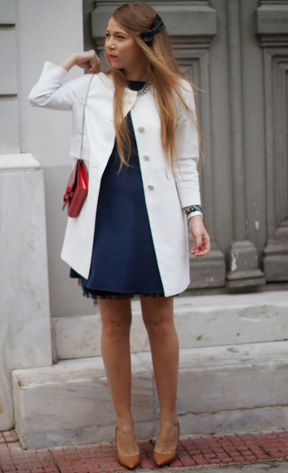 navy blue dress // white manto // red bag // nude heels ...