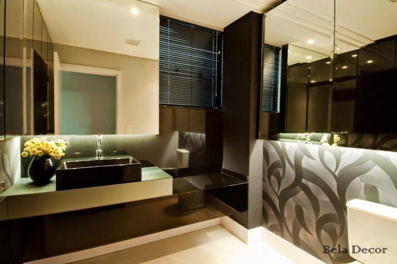 Neste lavabo o preto impera, tanto na bancada quanto na persiana, parede e papel de parede. Foi feita uma segunda bancada onde foi apoiada a cuba.