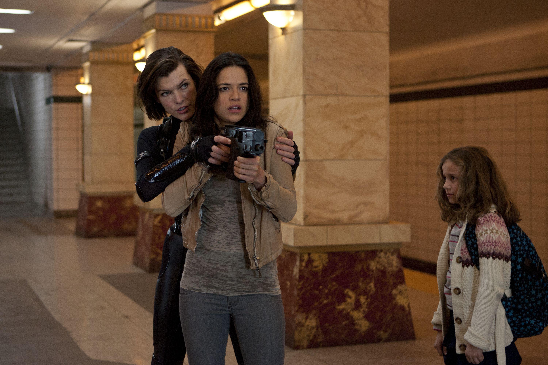 Milla Jovovich Michelle Rodriguez En Aryana Engineer In Resident