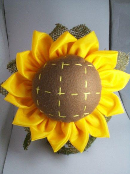 Girassol feito artesanalmente usando os seguintes materiais feltro, juta, fibra siliconada