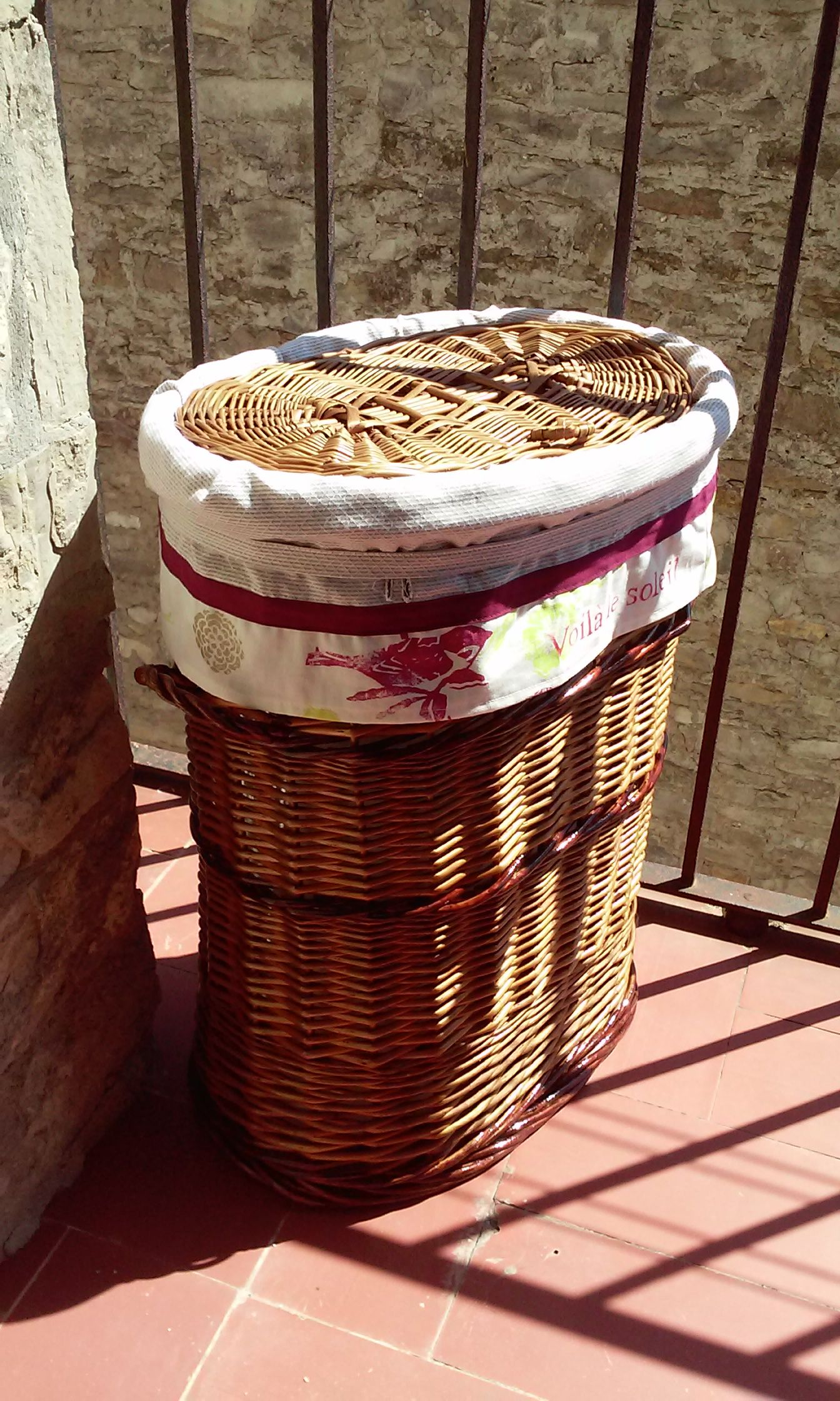 Restauraci n de una vieja cesta de mimbre para la ropa - Reciclar cestas de mimbre ...