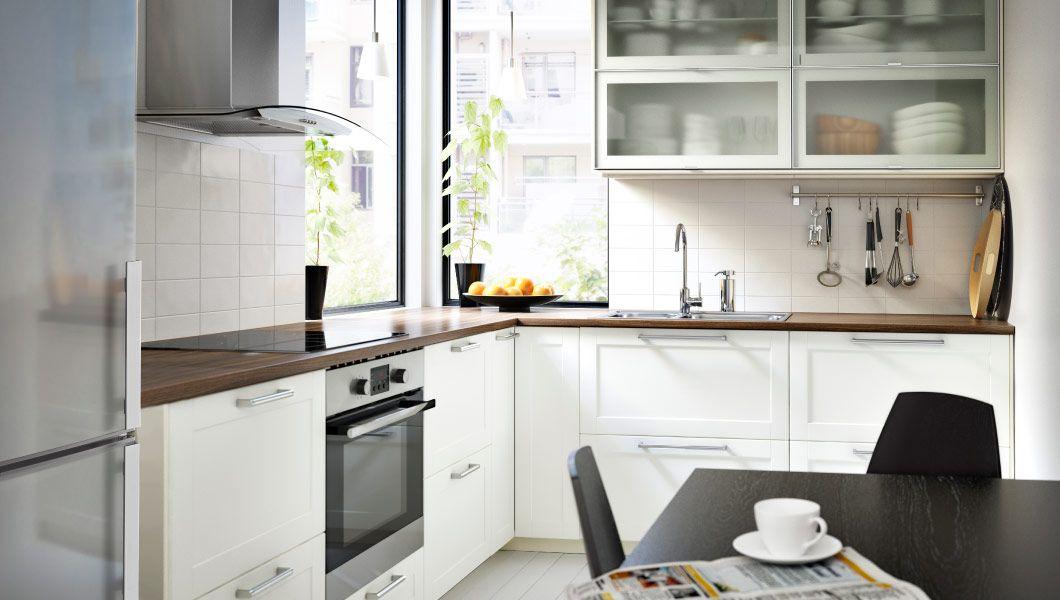 Moderne METOD Küche in Weiß mit GRYTNÄS Fronten und Vitrinentüren ...