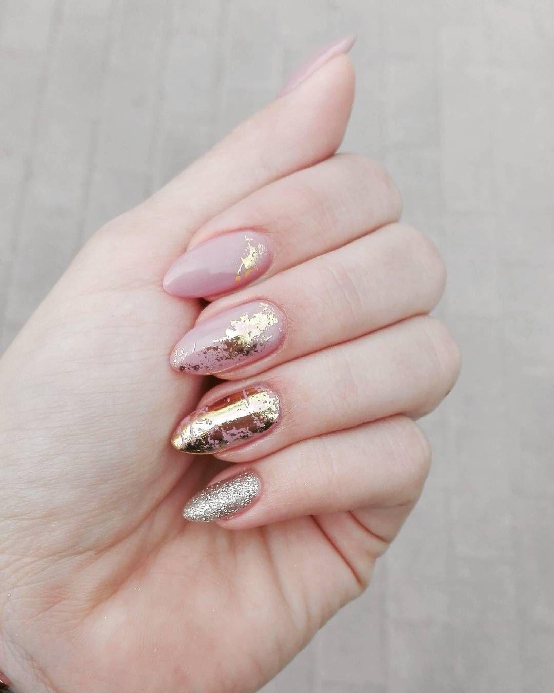neutral pink and gold nails - manicure - metallic - nail art - Pinterest: Sabrinanarend … Pinteres…