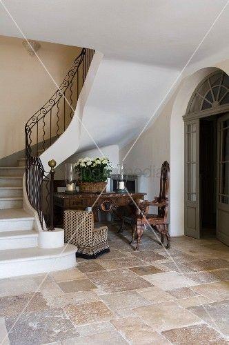 Treppenaufgang mit schmiedeeisernem gel nder natursteinboden und antikm beln in historischem - Bodenfliesen landhaus ...