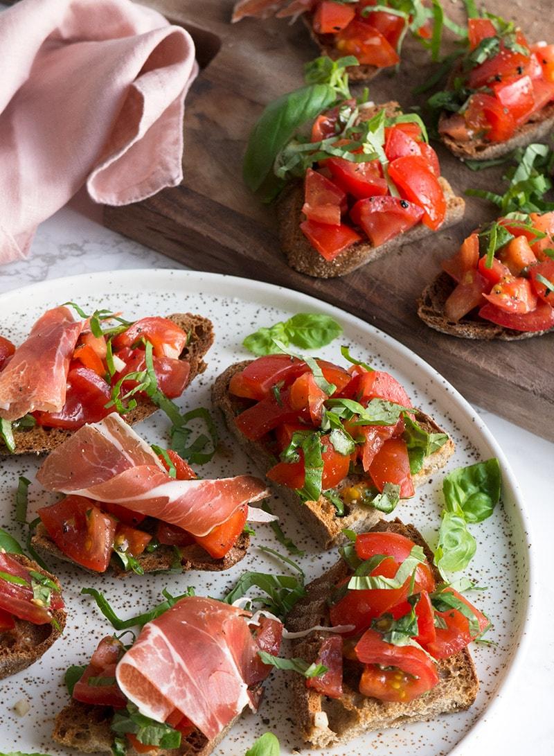 Bruschetta med tomat - få en velsmagende og nem opskrift her #tapasideer