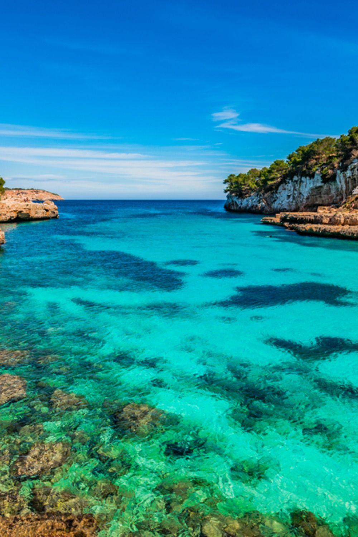 Strand Badia Blava - Kiesstrand auch Bahia Azul genannt im