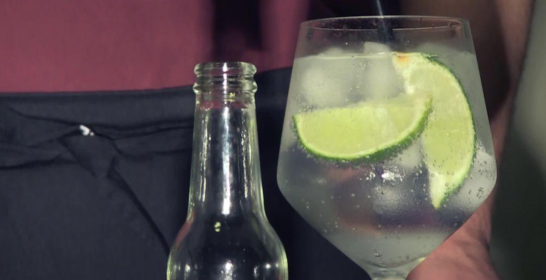 Morgen is het kerstavond en hoe zet u die beter in dan met een lekker aperitief. In deze video tonen we u hoe u de perfecte gin-tonic maakt. Uiteraard kunt...