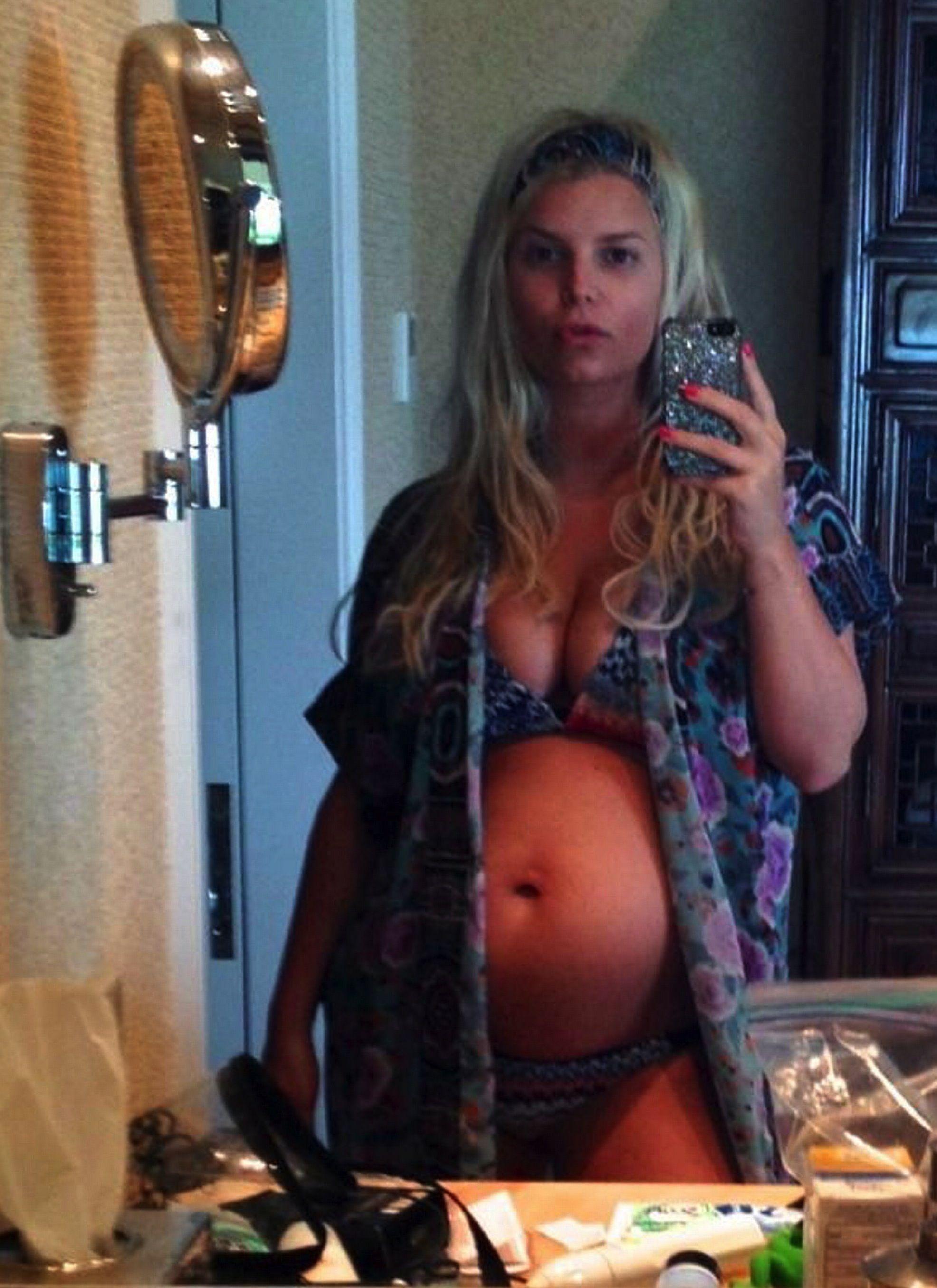 Jessica Simpson pregnant selfie. | Pregnancy Style ...