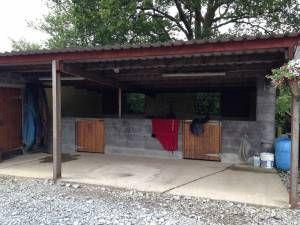 Concrete Block Stables With Overhang Stables Horse Shelter Concrete Blocks