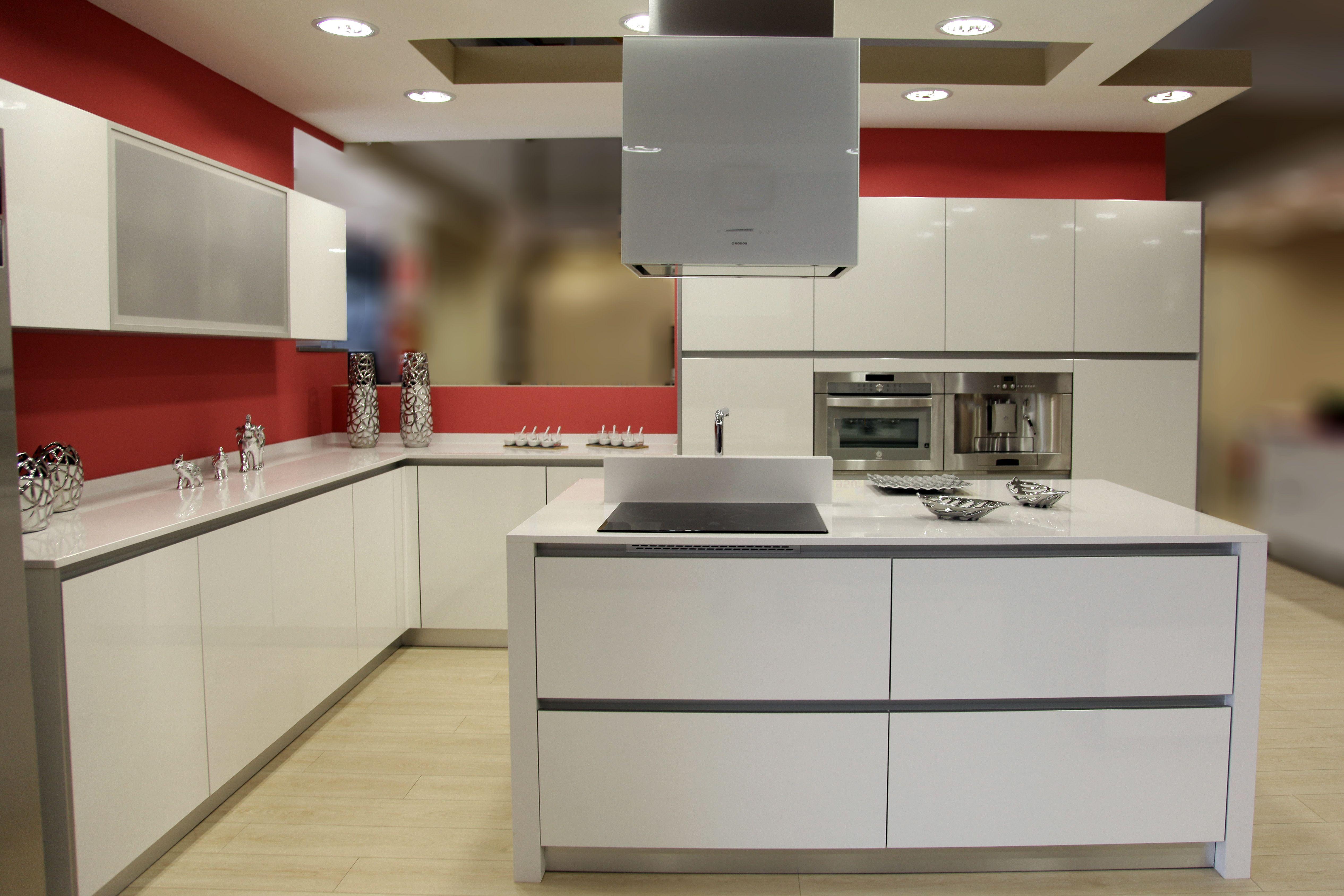 Nos gusta el blanco encimera de silestone modelo blanco for Cocinas de color rosa