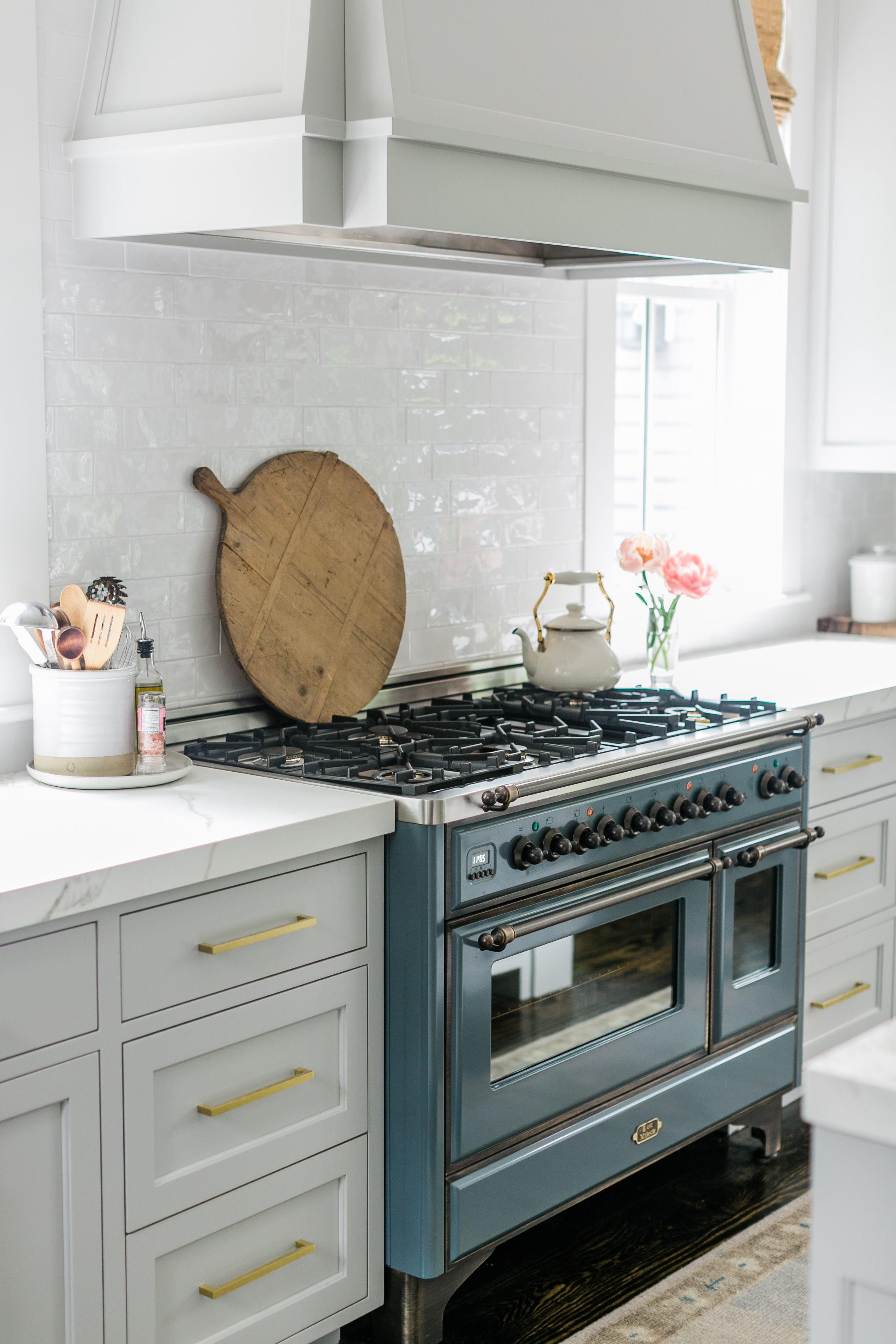 Findinglovely Com Love The Pale Gray Cabinets And That Blue Stove