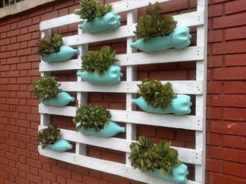 Macetas con materiales reciclados macetas con botellas for Maceteros verticales con palets