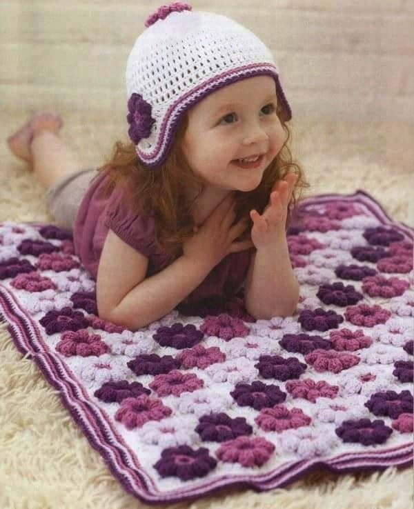 Encantadora mantita de flores y gorra de nena haciendo juego. Los ...