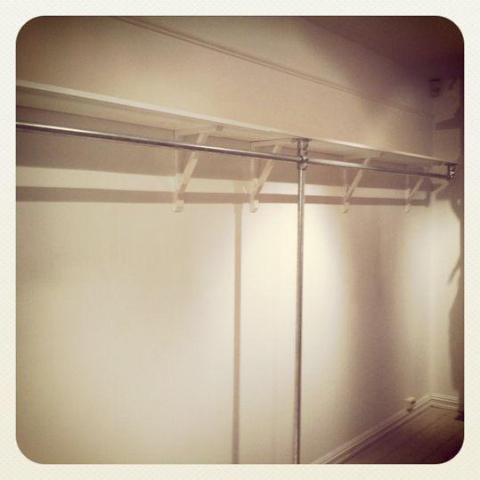 Photo of Regalmontierter Kleiderständer für den Einzelhandel von Kee Klamp # von #den #ei …