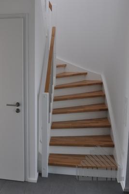 Treppe Mit Setzstufen 1 2 gewendelte treppe zwischen wänden in eiche keilgezinkt