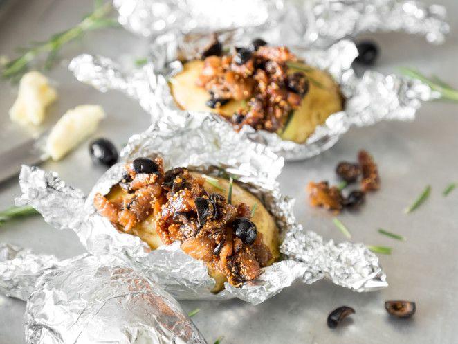 Rosmarin-Folienkartoffel mit Feigen-Oliven Relish