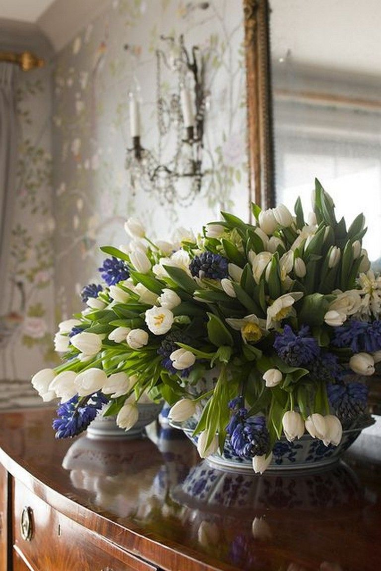 30 Gorgeous Tulips In Vase For Inspiration To Decorate Your Living Room Tulips In Vase Home Flower Arrangements Tulips Arrangement