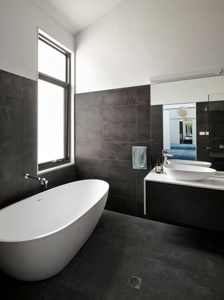 wow freistehende ovale badewanne dunkle fliesen. Black Bedroom Furniture Sets. Home Design Ideas