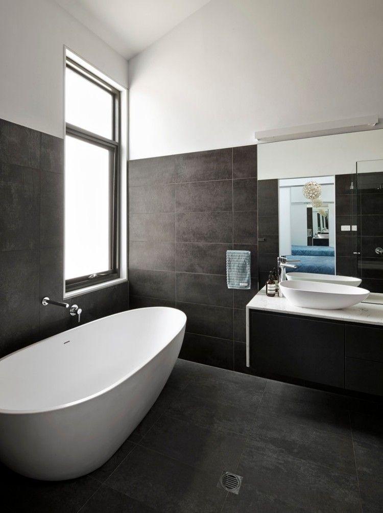 Wow: Freistehende ovale #Badewanne & dunkle Fliesen ...
