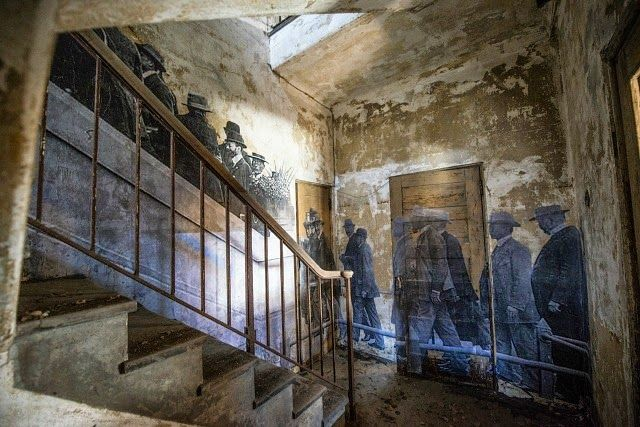 Life Sized Historical Photographs Bring Ellis Island's Abandoned Hospital to Life | Junkculture